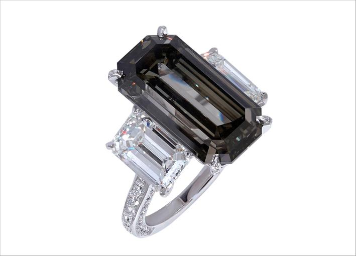 Moussaieff, anello con diamante grigio taglio smeraldo di 11 carati