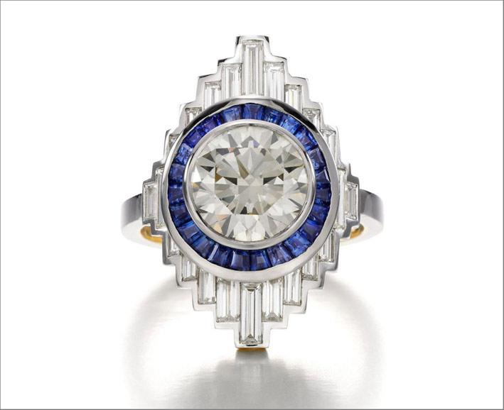 Anello ispirato alla New York art déco in oro bianco, diamanti, zaffiri