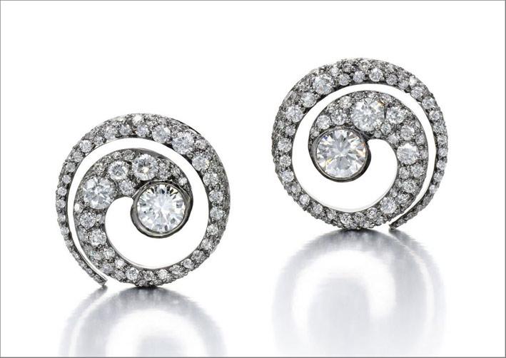 Orecchini con diamanti su oro annerito