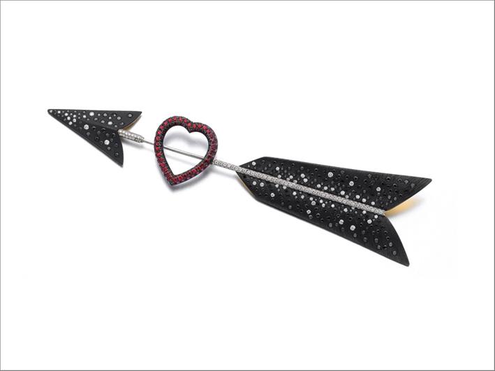 Spilla freccia e cuore con diamanti e rubini