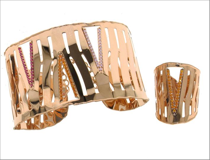 Schiava e anello della collezione Essential in oro rosa 18kt e zaffiri colorati