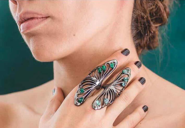 Anello in oro brunito, tormaline, smeraldi