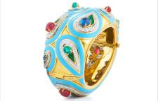 David Weeb, anello Paisley in oro e platino con rubini cabochon, smeraldi, zaffiri, diamanti taglio brillante, smalto blu