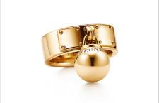 Collezione City Hardwear, anello in oro con ciondolo a sfera. Prezzo: 2250 euro