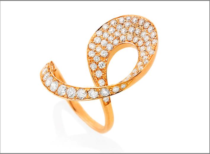 Anello in oro rosa e diamanti a nastro, con una curva simile all'anello di Moebius