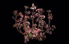 Menorah di Jar, sotto forma di un ramo di mandorlo in fiore, con fiori di smalto rosa e un bocciolo centrale con un mix di pavé con diamanti bianchi e oro, zaffiri blu e viola, rubini rosa