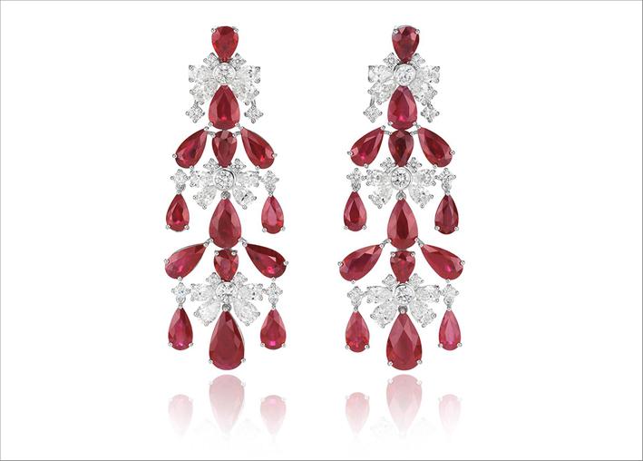 Orecchini chandelier con rubini taglio pera e diamanti