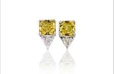 orecchini in oro bianco 18 carati con 2 diamanti fancy yellow (4.66 carati ciascuno) e due diamanti bianchi triangolo