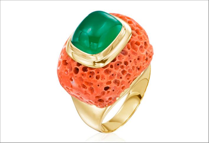 Mazza, anello in oro con corallo a spugna e onice verde