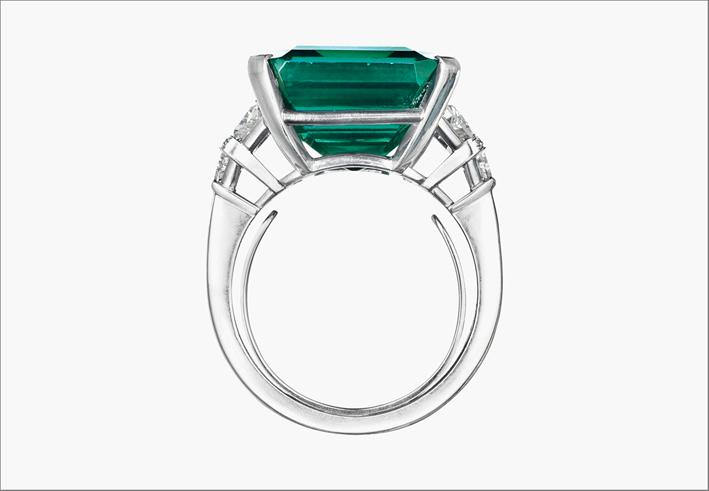 Il Rockfeller Emerald montato su anello di platino e diamanti