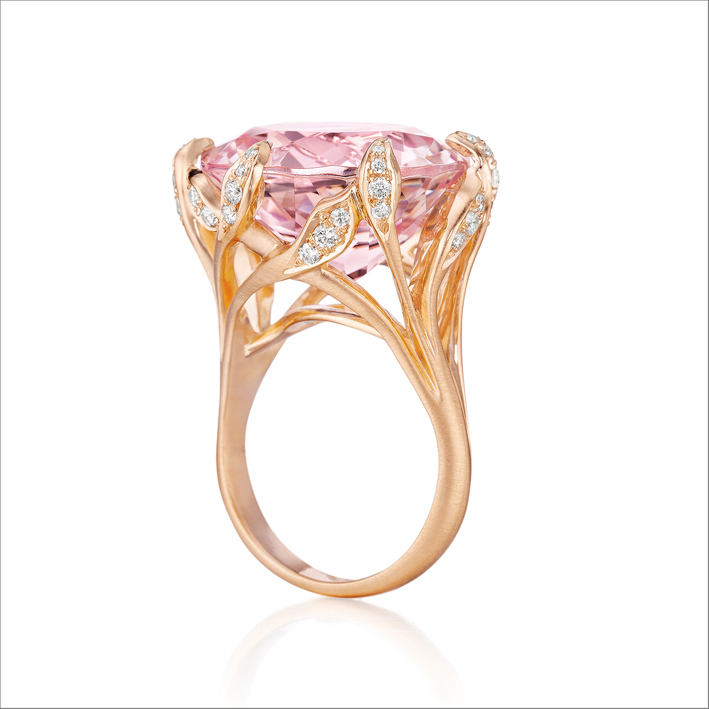 Anello in oro con morganite e diamanti
