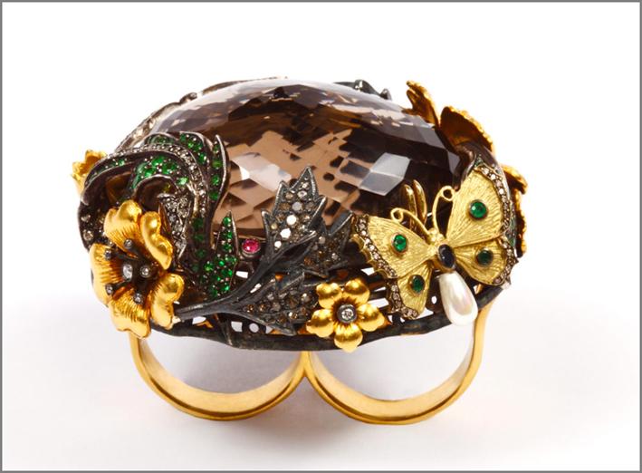 Anello doppio in oro 8 carati, argento ossidato, diamanti, smeraldi, granati verdi, rubini, zaffiri blu e quarzo fumé