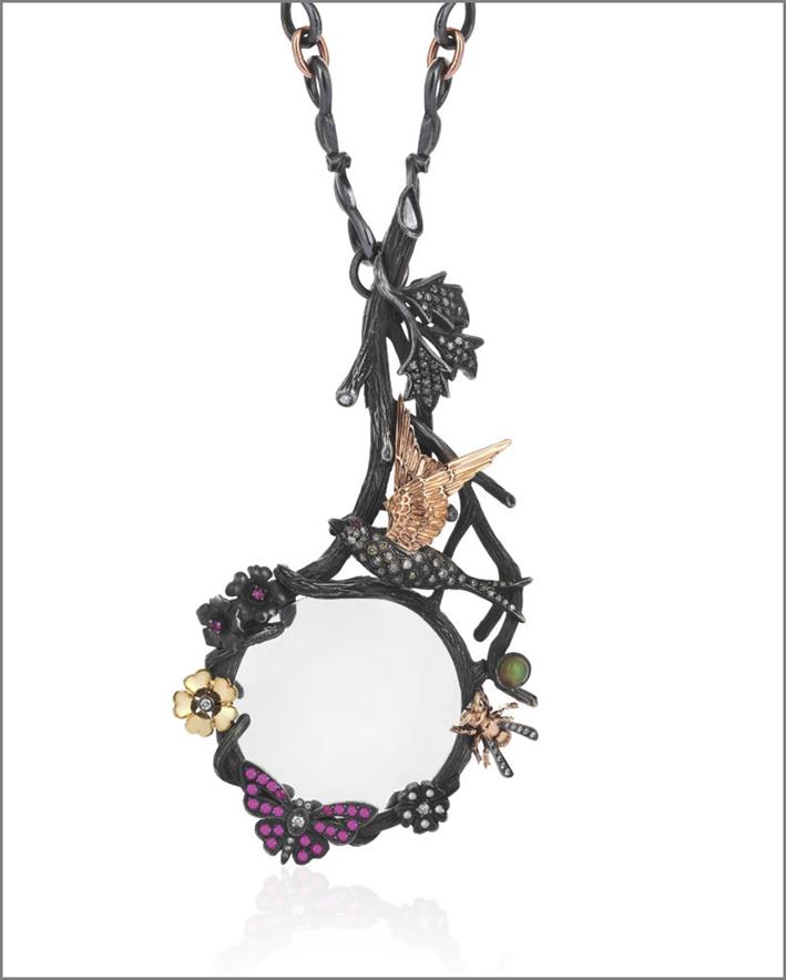 Ciondolo con lente d'ingrandimento, oro giallo 18 carati, oro rosa, argento ossidato, diamanti, zaffiri rosa