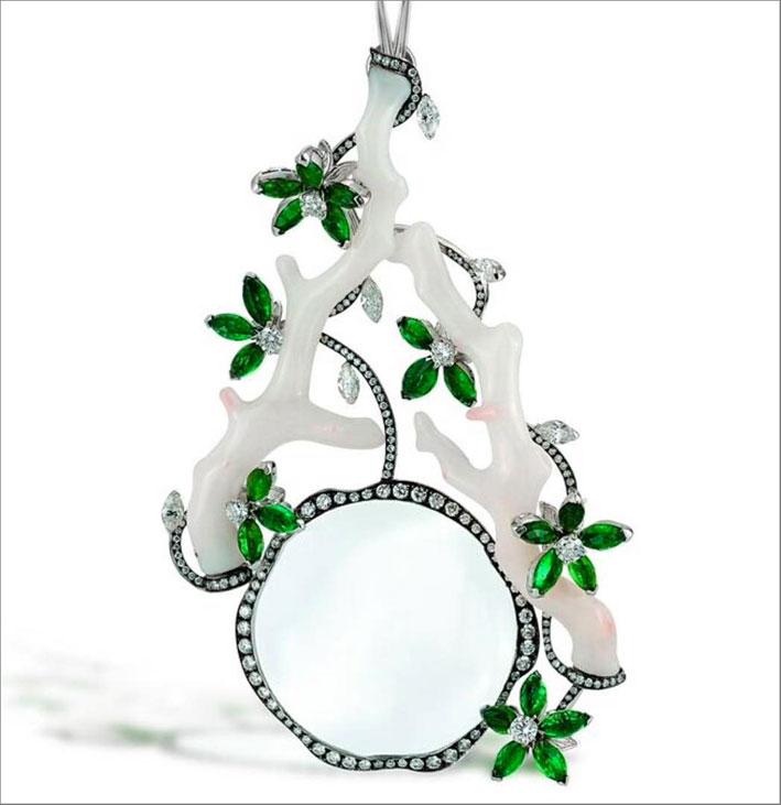 Pendente con lente d'ingrandimento, corallo bianco scolpito e smeraldi