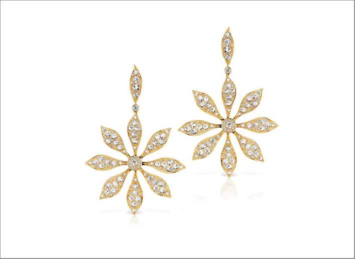 Orecchini a forma del fiore Aster, in oro e diamanti. Prezzo: 48.000 dollari
