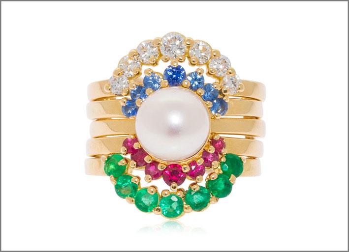 Anello in oro giallo, diamanti, rubini, smeraldi, perla akoya