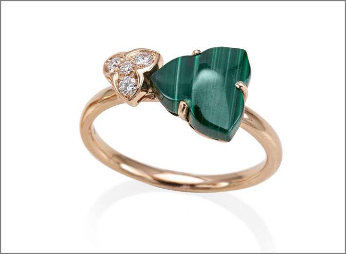 Anello della collezione Natura, oro, diamanti, malachite
