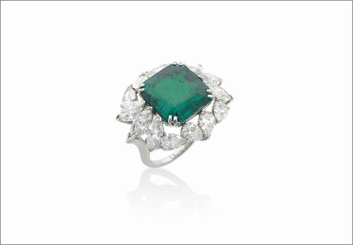 Anello con smeraldo colombiano con taglio rettangolare firmato Harry Winston. Venduto per 480.000 dollari