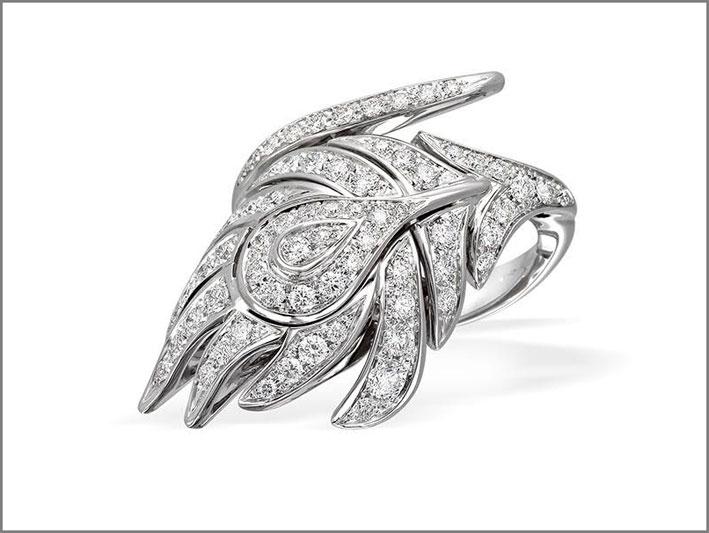 Anello della collezione Piuma, oro bianco e diamanti