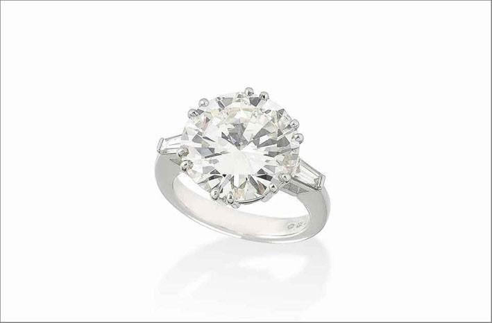 Anello con diamante chiarezza VVs2, taglio brillante, da 10,78 carati. Venduto per 251.175 dollari