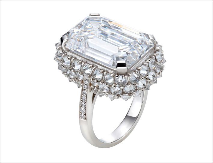 Anello di platino con diamante taglio smeraldo di 15 carati e pavé di diamanti
