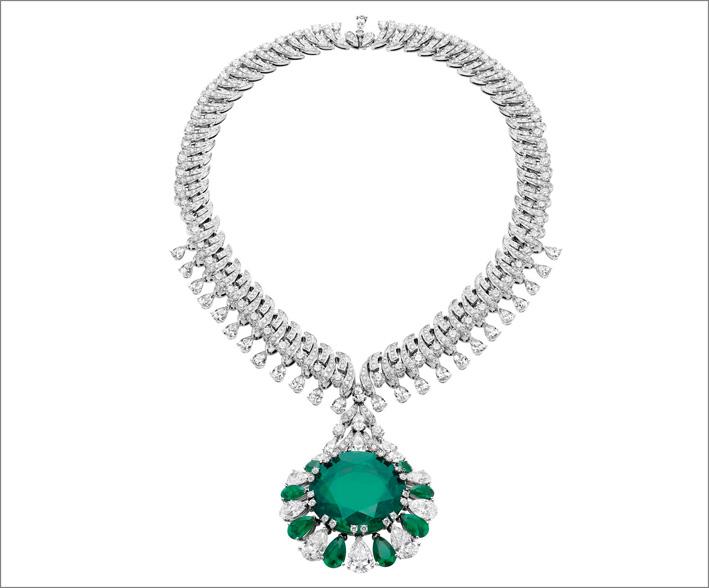 Collier in platino con uno smeraldo colombiano di 26 carati, 47 diamanti taglio brillante, 90 smeraldi, 36 diamanti baguette e pavé di diamanti