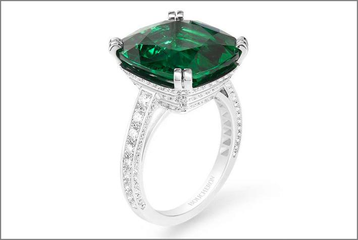 Boucheron, anello in oro bianco con smeraldo dello Zambia taglio cuscino, diamanti