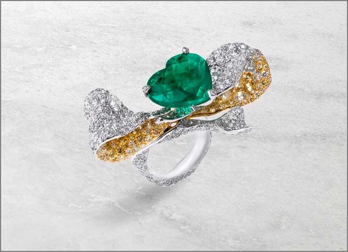 Anello con grande smeraldo a forma di cuore, diamanti bianchi  e gialli