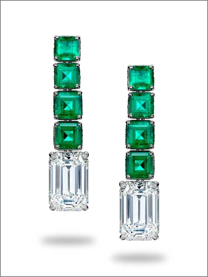 Orecchini di alta gioielleria de Grisogono, con otto smeraldi e due diamanti taglio smeraldo