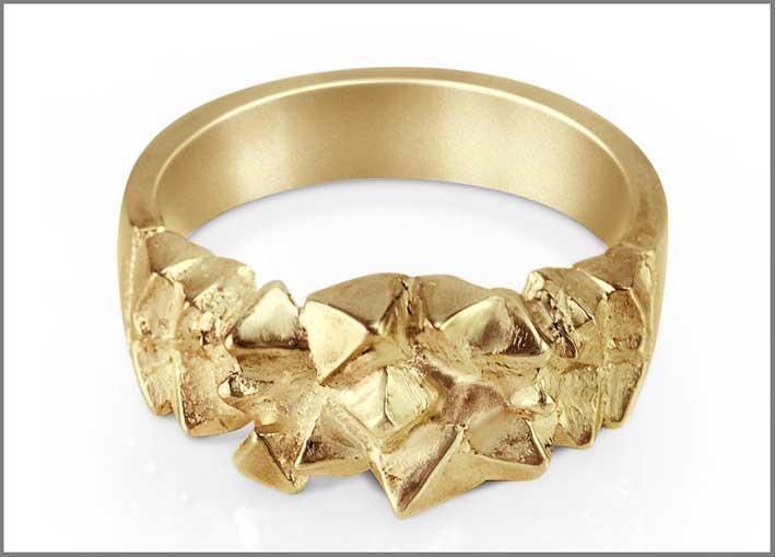 Lyra, anello in argento dorato. Prezzo: 76-88 euro