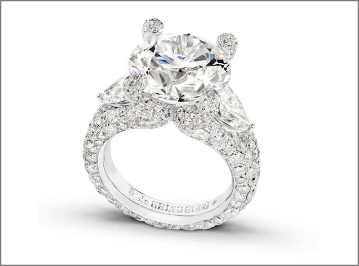 Anello della collezione Melody of Diamonds di de Grisogono. Un brillante, due diamanti a pera, 268 diamanti su oro bianco