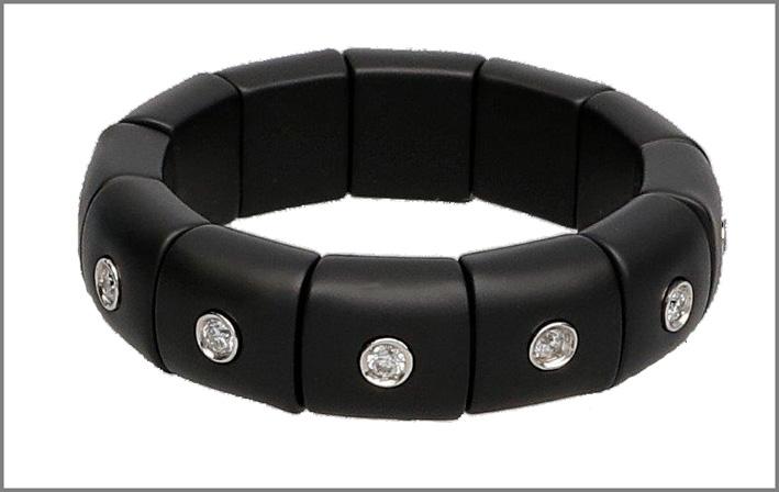 Anello in ceramica high-tech nero opaco, diamanti bianchi montati sul singolo castone. Prezzo: 638 euro