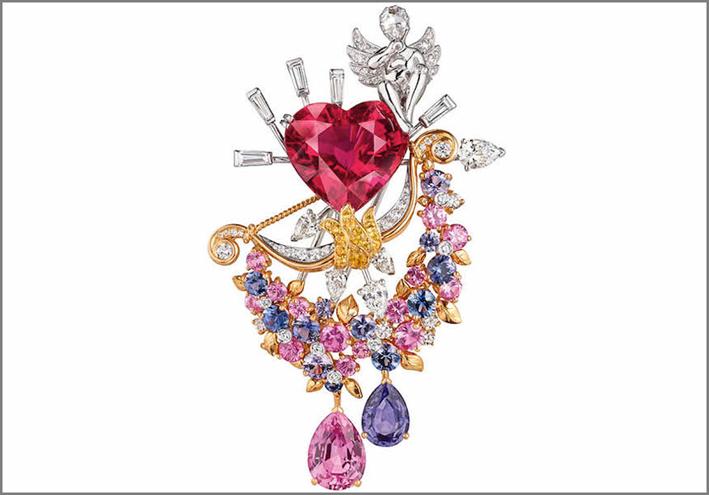 Spilla Cupido, con uno zaffiro arancione a forma di pera di 2,74 carati dello Sri Lanka, abbinato a uno zaffiro viola a forma di pera da 1,36 carati, una rubellite a forma di cuore di 12,04 carati, con diamanti e zaffiri
