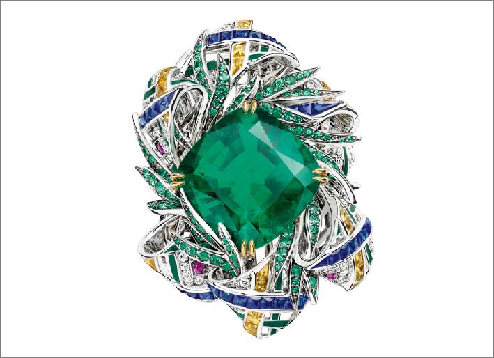 Anello Pastorale Anglaise, oro bianco, lacca giallo e oro, smeraldo a cuscino verde brillante di  11.74 carati, smeraldi e rubini, zaffiri e diamanti