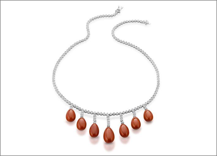 Collana in oro bianco, diamanti e corallo rosso