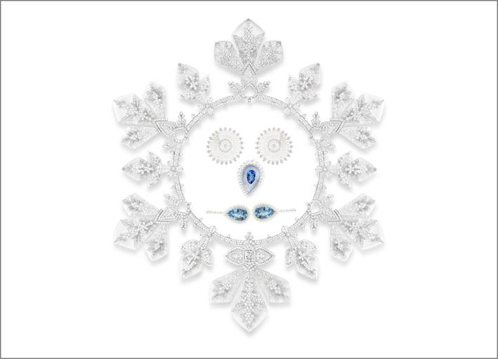 Composizione grafica con diversi pezzi di alta gioielleria Boucheron della collezione Hiver Impérial. Il grande flocon Impérial ha al suo interno orecchini con perle (gli occhi), un orecchino con zaffiro (il naso), due orecchini Baikal (la bocca)