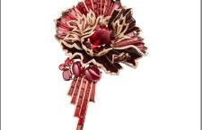 Chaumet, spilla Aria Passionata, oro e lacca rosa, insieme con un rhodolite ovale di 22.51 carati, 2 rubini cabochon di 5,55 carati, un granato ovale, baguette e rotondo, rubino baguette e diamanti taglio brillante