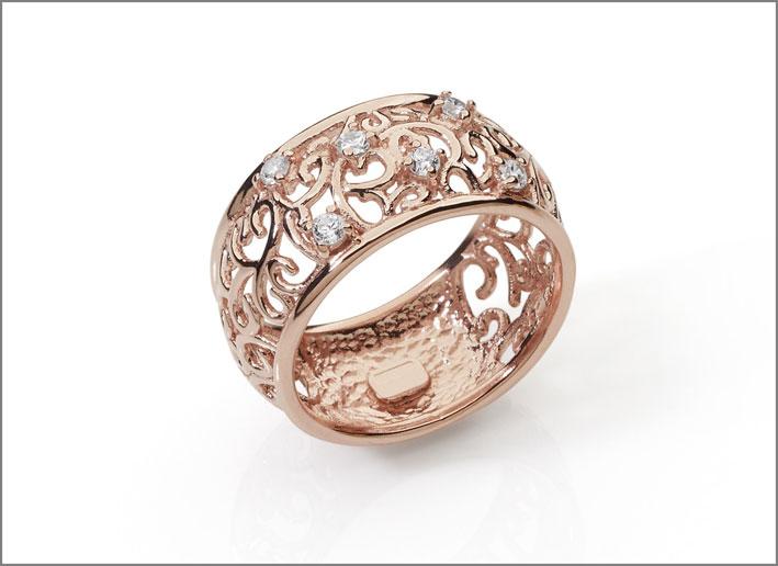 Anello damascato in argento 925 placcato oro rosa 18k con cubic zirconia bianchi. Prezzo: 79 euro