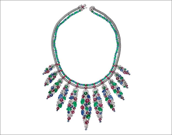 Collana Bangalore in oro bianco con perline di zaffiro, rubino, smeraldi, diamanti e pietre intagliate