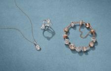 Bracciale, collana e anelli in  Pandora Rose, con pietre trasparenti e cristalli rosa sfumati  incastonati da intagli a forma di cuore