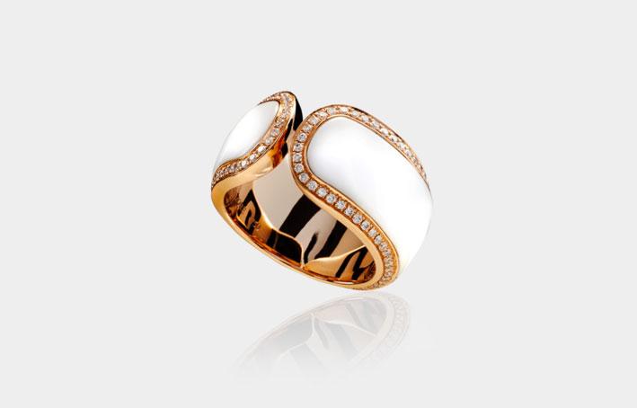 Collezione Jaclyn, anello in oro rosa, diamanti bianchi e agata. Prezzo: 4103 dollari