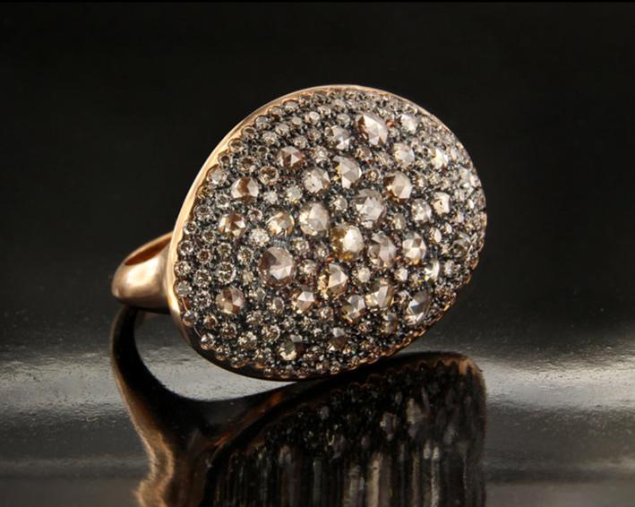 Anello della collezione Cannella, in oro rosa e diamanti brown