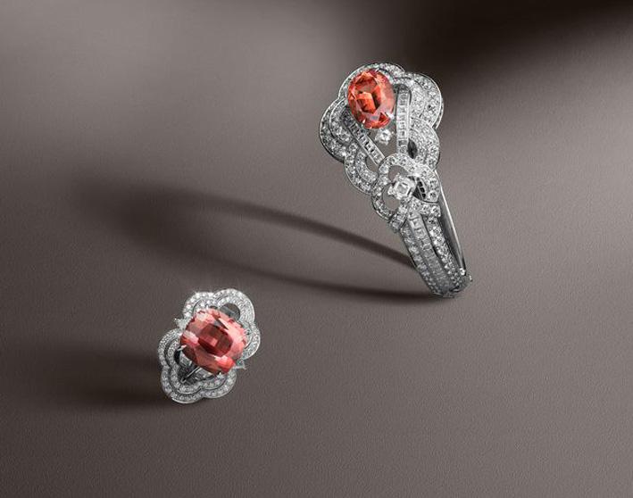 Bracciale in oro bianco e platino, tzavorite da carati e diamanti da 14,23 carati. Anello in oro bianco, topazio Imperiale da 13.55 e diamanti da 3.80 carati