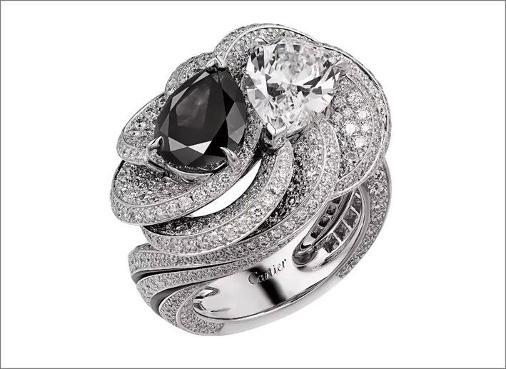 Cartier, anello in oro bianco, diamanti bianchi e un carbonado al centro