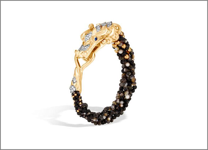 Bracciale della collezione Naga, oro 18 carati, diamanti, madreperla nera, zaffiro. Prezzo: 11.800 dollari