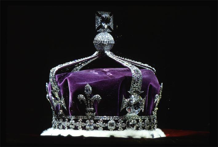 La corona realizzata per la regina Elisabetta , moglie del re Giorgio VI, la Regina madre: ha la cornice in platino