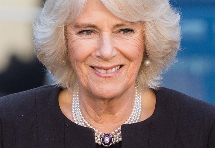 Camilla, duchessa di Cornovaglia indossa un girocollo che non nasconde i segni del tempo