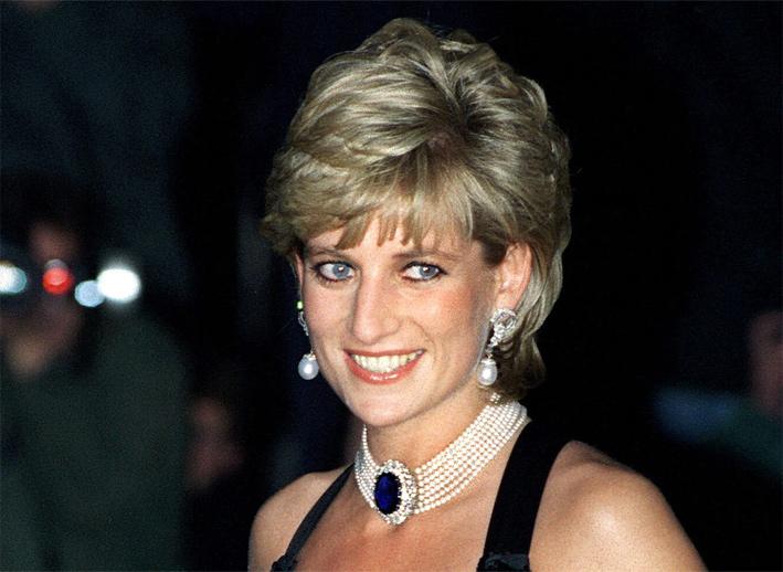 La principessa Diana con girocollo di perle con zaffiro blu