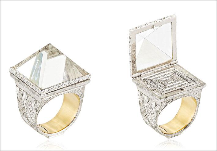 Anello Kings Chamber in oro bianco e giallo, argento 925, crsitallo di rocca, 100 diamanti, 1 smeraldo. Prezzo: 15000 euro