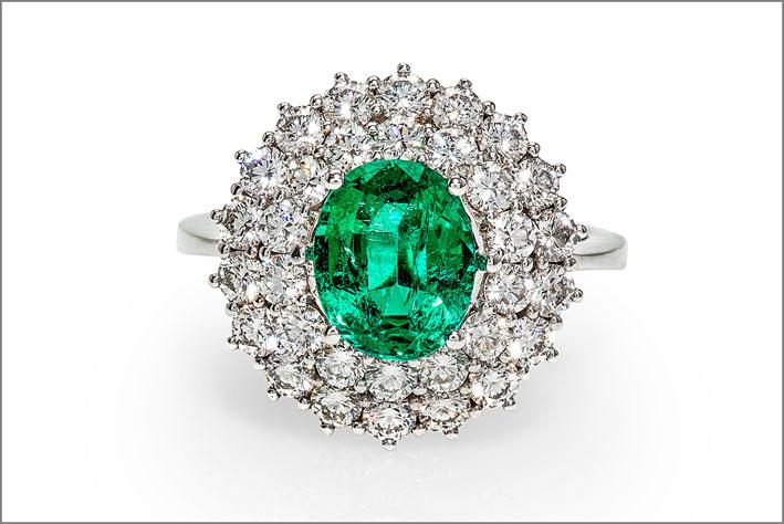 Leonori Gioielli, anello in oro bianco con diamanti e smeraldo ovale da 2,09 carati